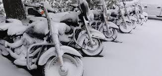 Zimowanie motocykla. Motocykle w śniegu.